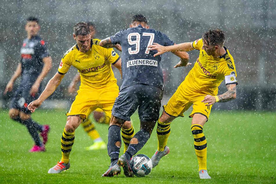 Die BVB-Kicker Pisczek /links) und Reus (rechts) nehmen einen Udinese-Profi in die Zange.