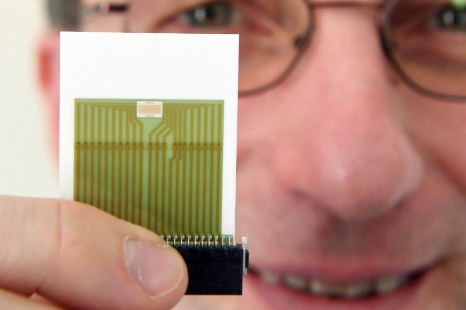 Martin Sommer vom Institut für Mikrostrukturtechnik (IMT) beim Karlsruher Institut für Technologie (KIT) zeigt einen Sensor der am KIT entwickelt wurde.