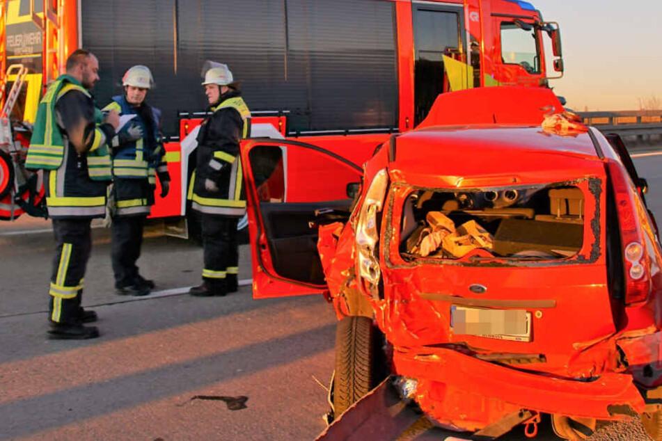 Die Feuerwehr befreite eine 17-Jährige aus dem Fiesta, da sie eingeklemmt war.