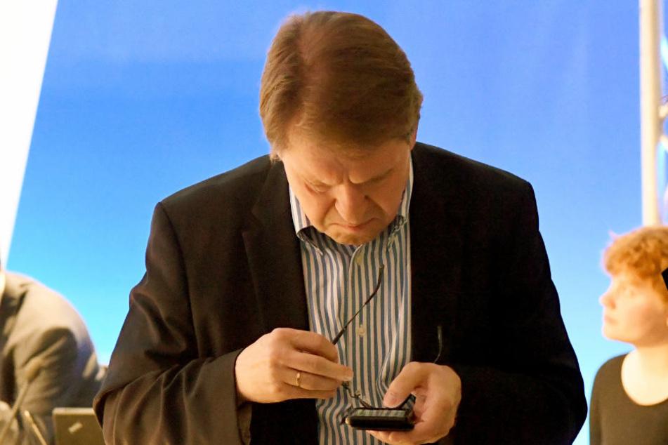 SPD-Landesvorsitzender Ralf Stegner hat am Wahlabend die Ergebnisse im Blick. Besonders froh sieht er nicht aus.