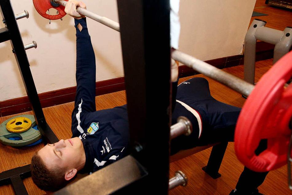 Ein paar mehr Muskeln können nicht schaden. Kristian Taag trainiert im Camp regelmäßig im Kraftraum.