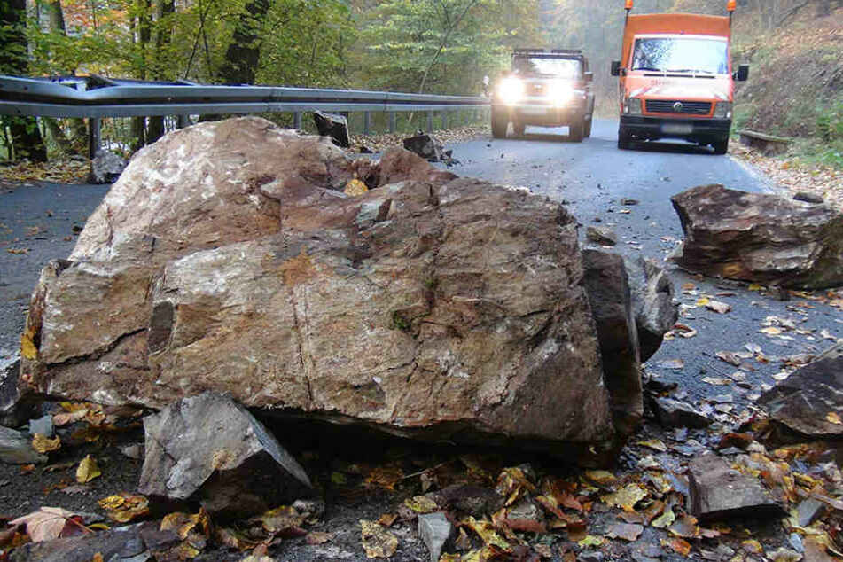 Felsbrocken löst sich und kracht auf Straße