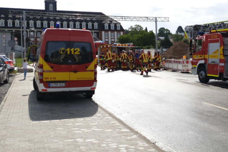 Feuerwehrleute im Einsatz vor dem Krankenhaus.