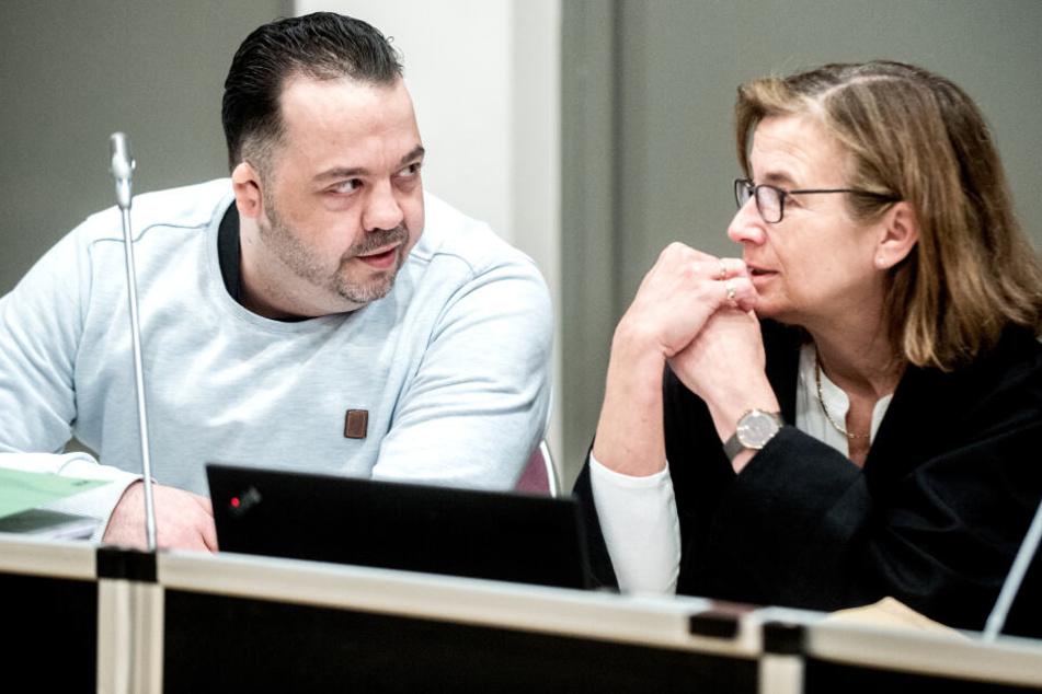 Der wegen Mordes angeklagte Niels Högel sitzt im Gerichtssaal neben seiner Anwältin Ulrike Baumann. Die Staatsanwaltschaft hat den Ex-Krankenpfleger wegen Mordes an 100 Patienten an den Kliniken in Delmenhorst und Oldenburg angeklagt.