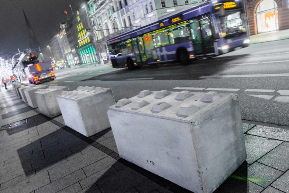 Solche Betonsperren (hier in Hamburg) werden den Leipziger Weihnachtsmarkt vor Anschlägen mit Fahrzeugen schützen.
