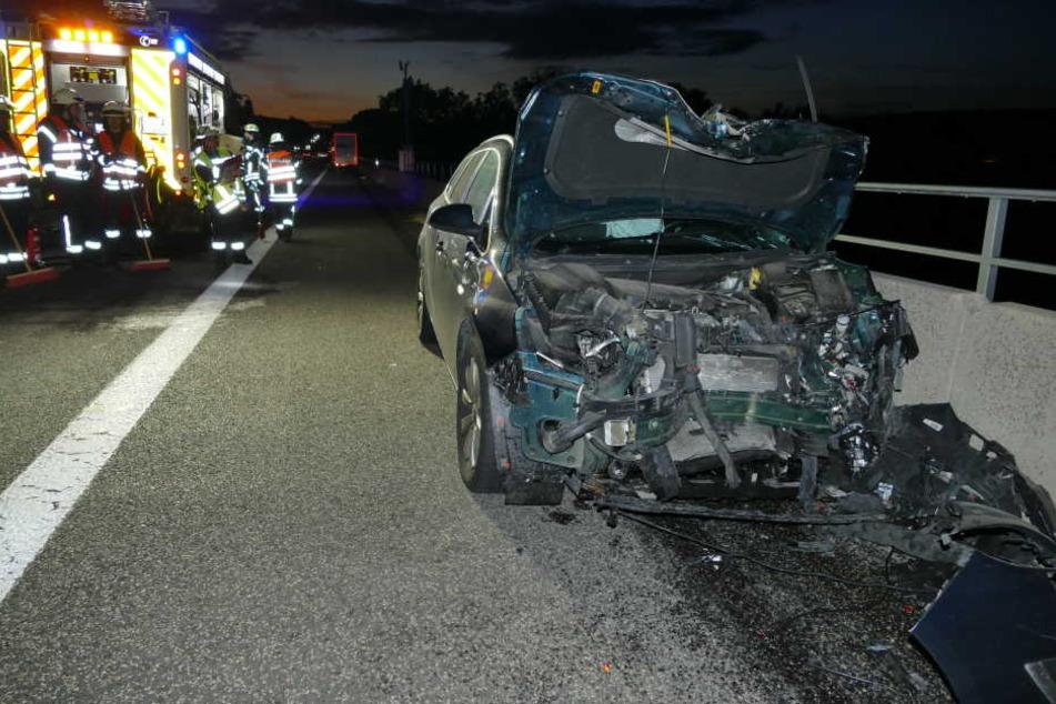 Das Auto wurde bei dem Aufprall komplett zerstört.
