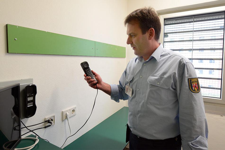 In Sachsen werden immer mehr Gefängniszellen mit Telefonen ausgestattet.