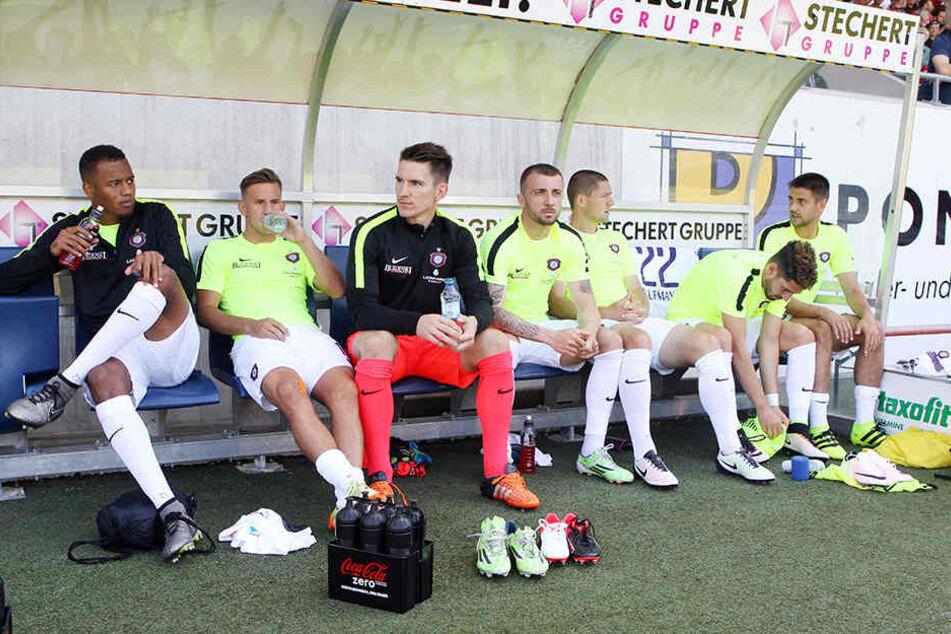 Martin Toshev (4. v. l.) & Dmitri Nazarov (r.) gehören zu den Transferflops.