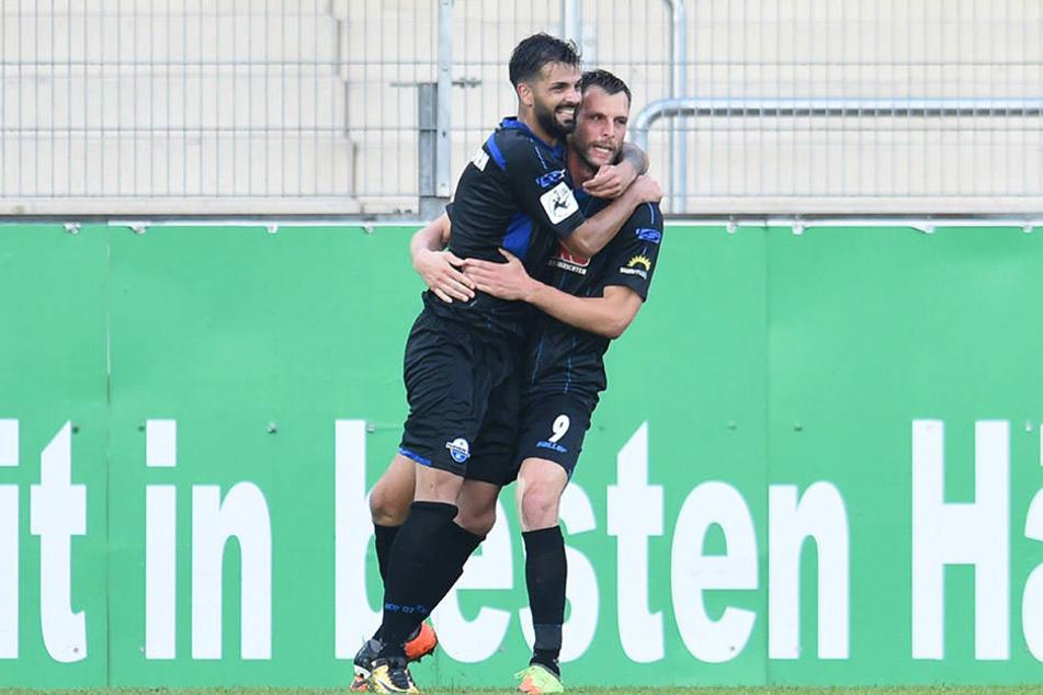 Massih Wassy (l.) freut sich mit Koen van der Biezen über den Siegtreffer in Lotte.
