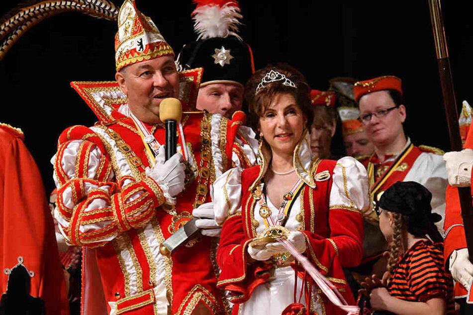 Das Berliner Prinzenpaar, Simone Hafemann, alias Prinzessin Simone I., und Prinz Wolfgang IV., der eigentlich Wolfgang Gellert heißt, bei einem Auftritt in Neukölln.
