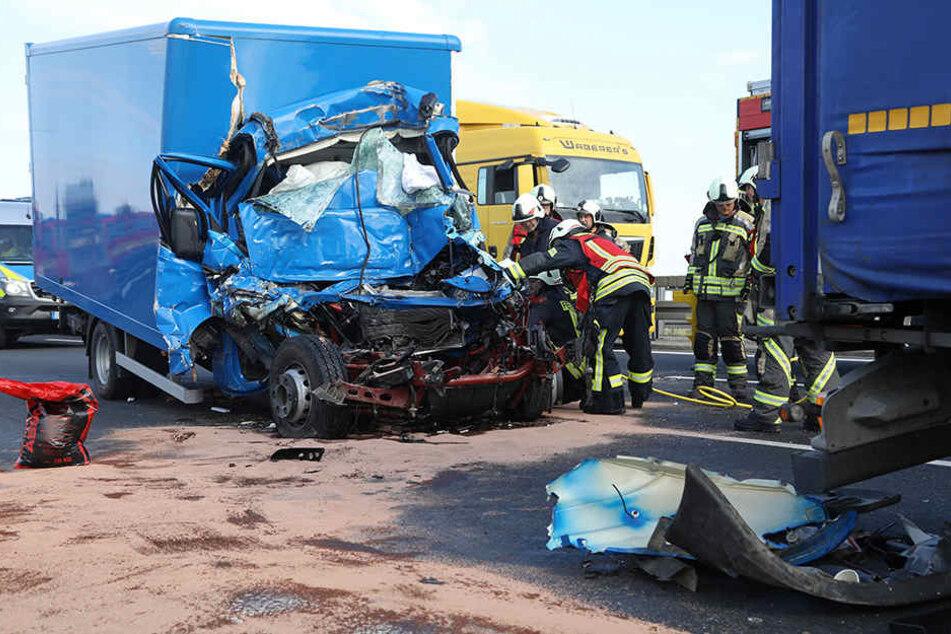Der Fahrer (59) des Iveco-Lasters war sofort tot.