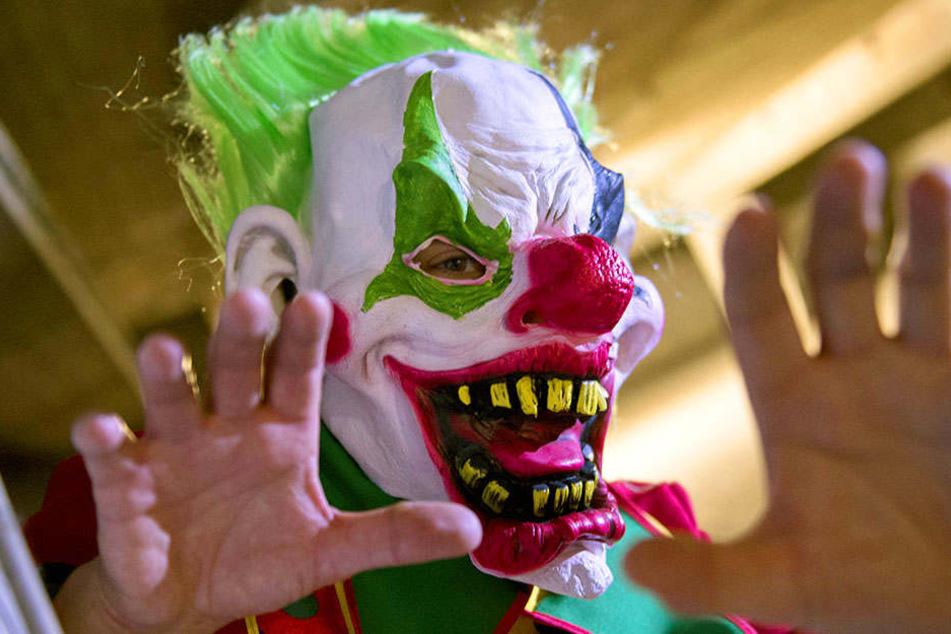 Mit einer Maske erschreckte ein 21-Jähriger in Bünde nachts Passanten. (Symbolbild)