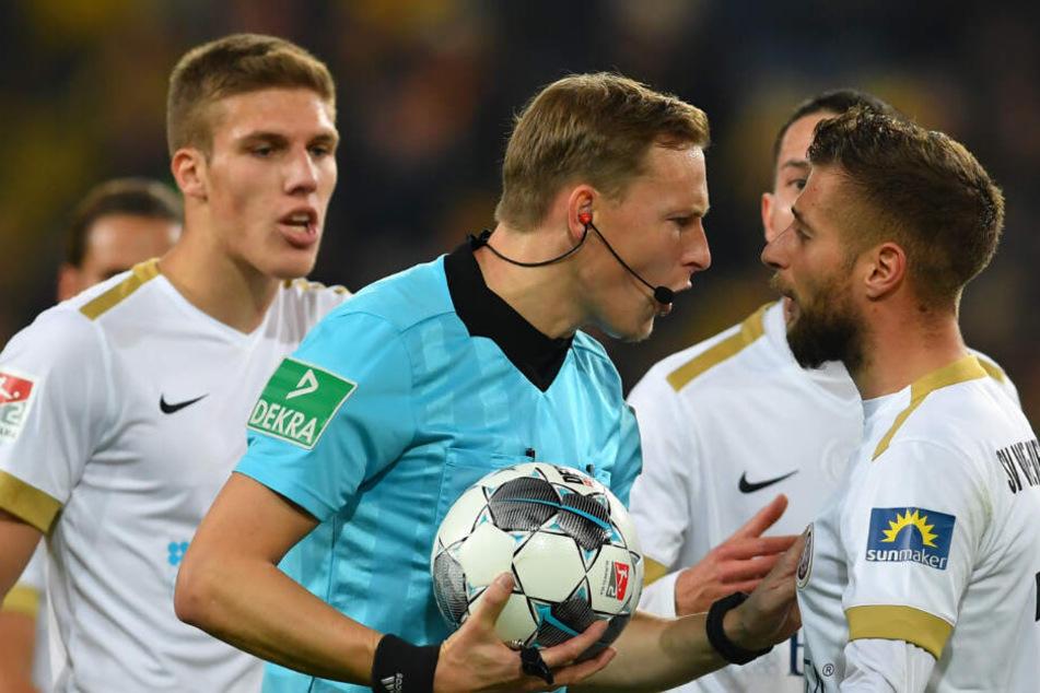 Die aufgebrachten Spieler protestieren beim Schiedsrichter, nachdem der den Treffer von Manuel Schäffler aberkannte.