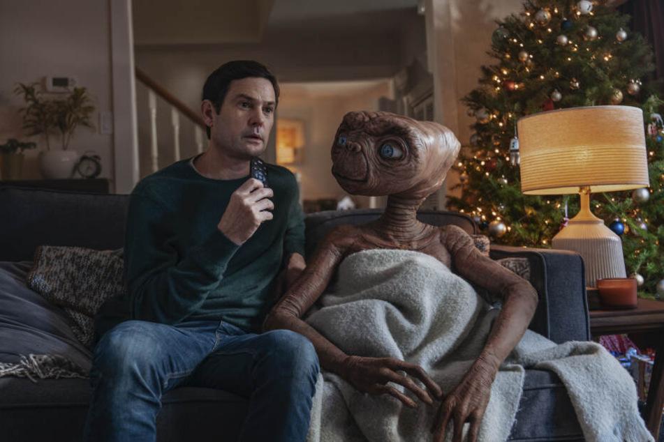 Henry Thomas als Elliott und E.T. der Außerirdische in einer Szene des Werbespots des Fernsehsenders Sky.