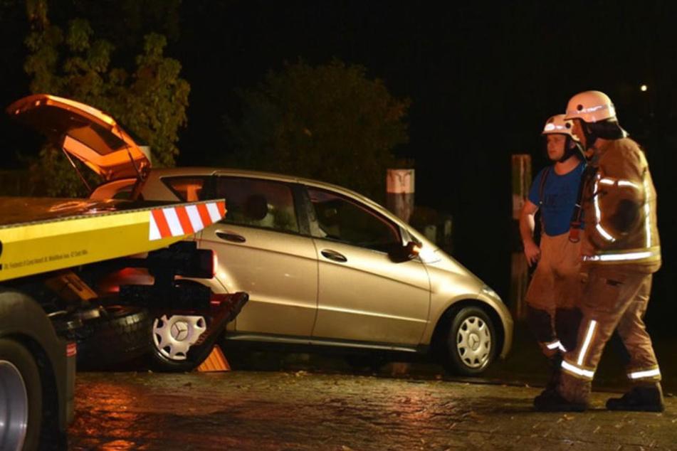 Da das Abschleppunternehmen den Wagen aus dem Wasser zog, mussten die Rettungskräfte nur unterstützend eingreifen.