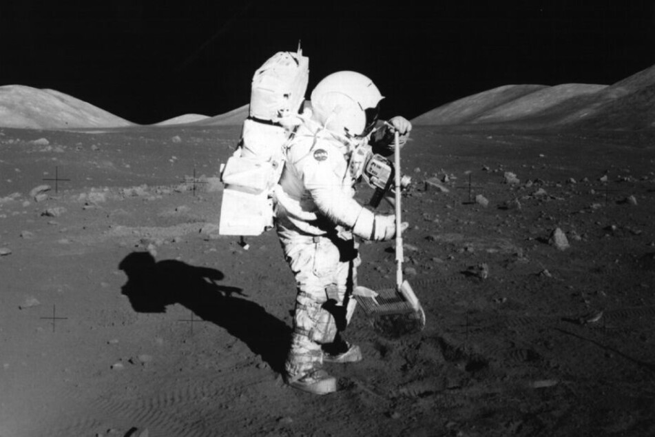 Dezember 1972: Das Archivbild zeigt den US-Astronauten Harrison Schmitt beim Sammeln von Bodenproben auf dem Mond.