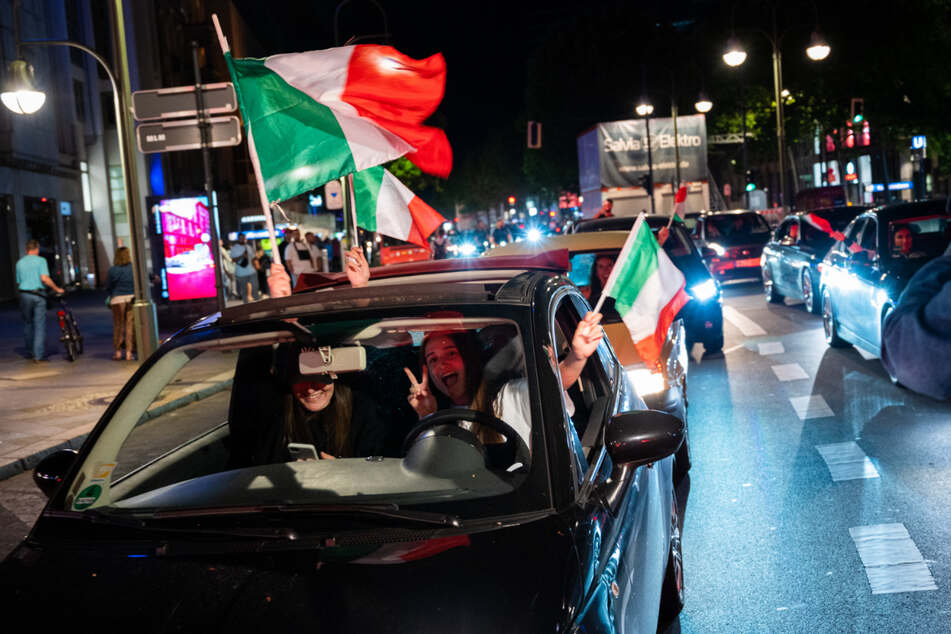 Auch andernorts feierten die Fans von Italien, wie hier mit einem Autokorso in Berlin.