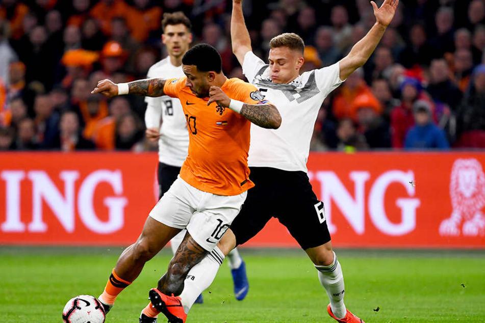Tolle Haltungsnoten: Joshua Kimmich versucht den starken Niederländer Memphis Depay (l.) vom Ball zu trennen.