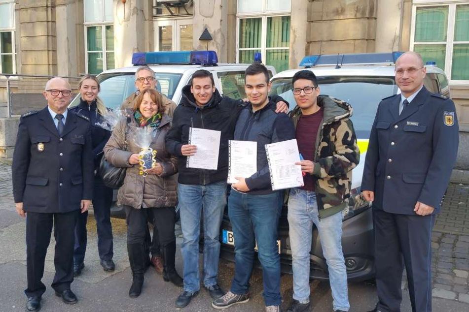 Die Schüler Furkan Tüysüz, Benjamin Peters, Ilkay Hayir (mit Urkunde)  und ihr Lehrer Detlef Bodis retteten einen Mann von den Gleisen.