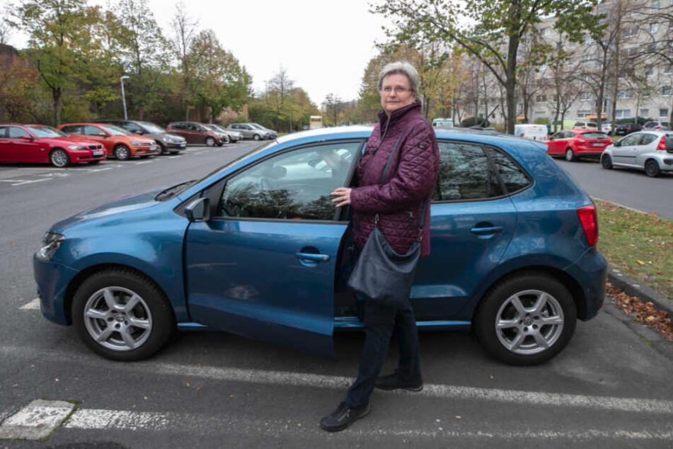 Anwohnerin Andrea Hesse (64) fuhr ihr Auto gestern von dem Parkplatz lieber in die Garage.