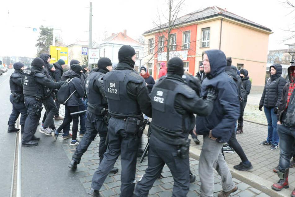 Die Polizisten stehen den Aktivisten gegenüber.