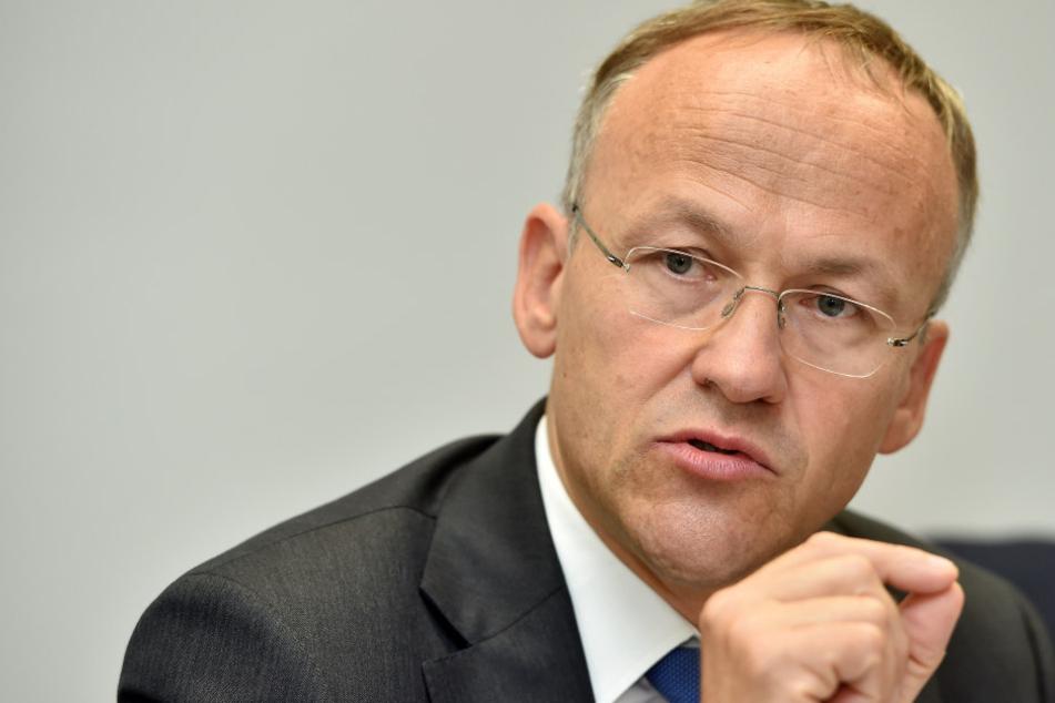 """Donnerstag stellte Schulbürgermeister Peter Lames (52, SPD) die """"Schulbauleitlinie"""" vor."""