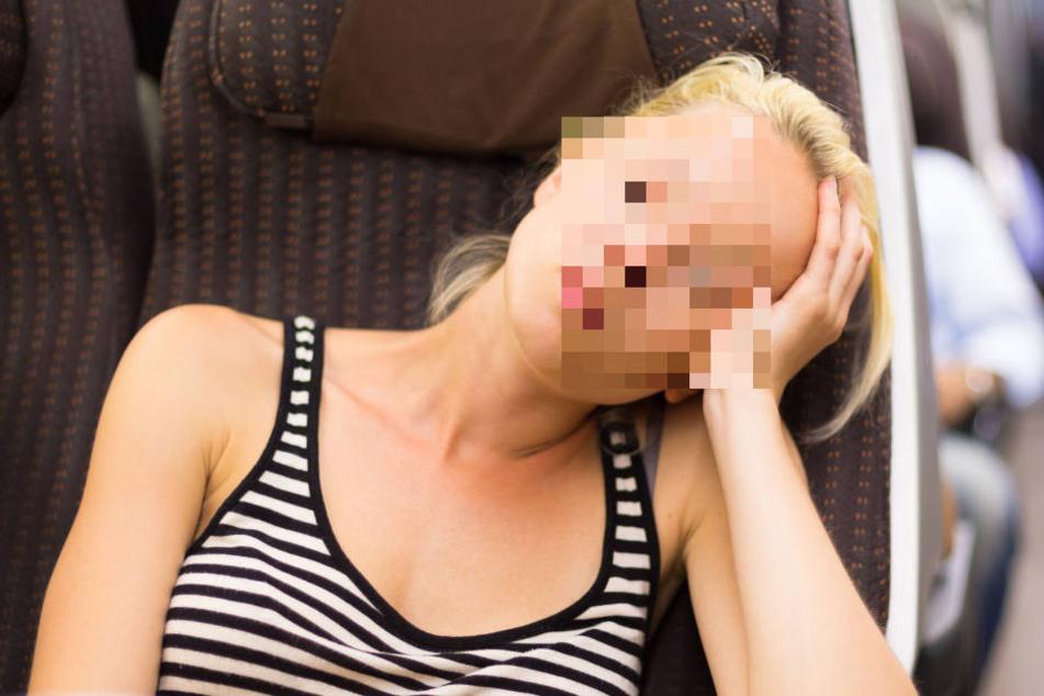 Kaum war sie in der Bahn eingeschlafen, setzte sich ein Mann neben sie - mit eindeutigen Absichten. (Symbolbild)