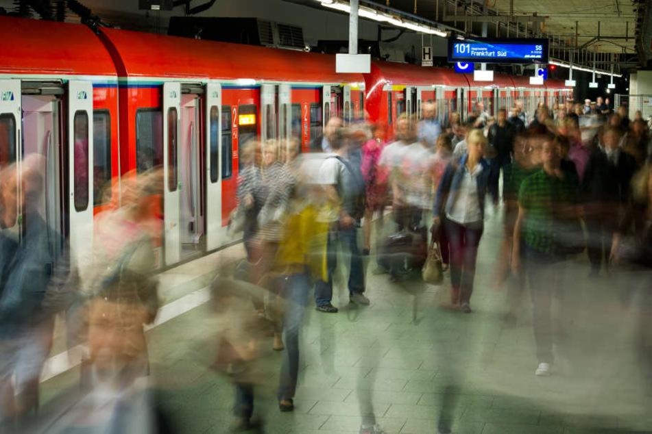 Vor allem Pendel von und nach Frankfurt sind auf die Pünktlichkeit der Bahn angewiesen. (Symbolbild)