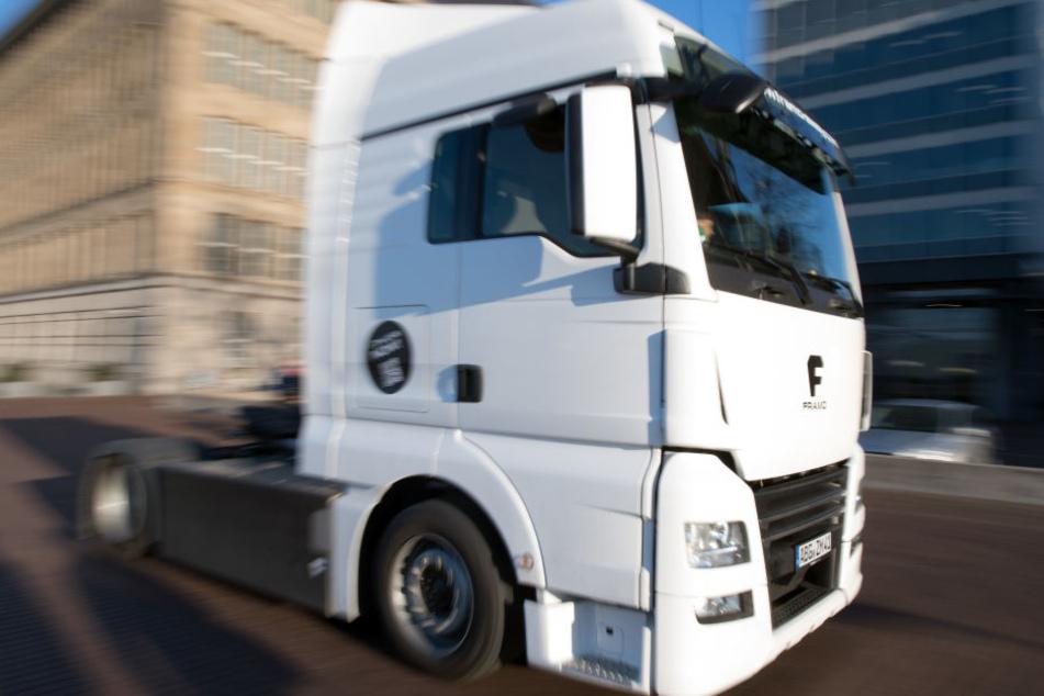 Die Laster rollen zunächst für einen Test über die Straßen.