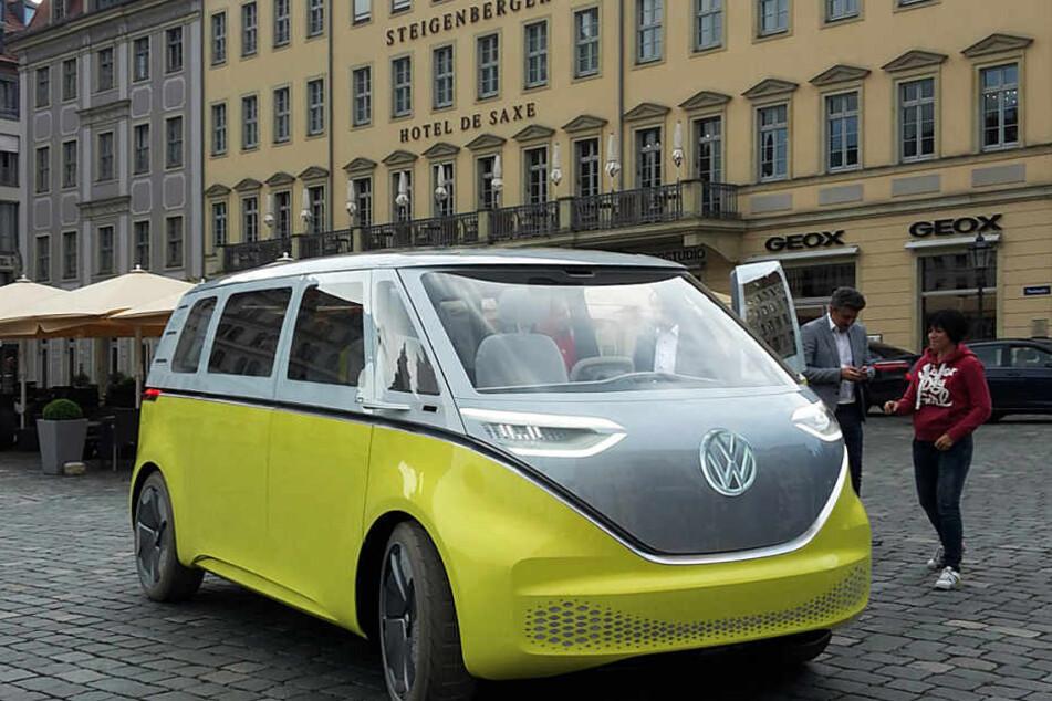 """Der Volkswagen """"I.D. BUZZ"""" auf dem Dresdner Neumarkt."""