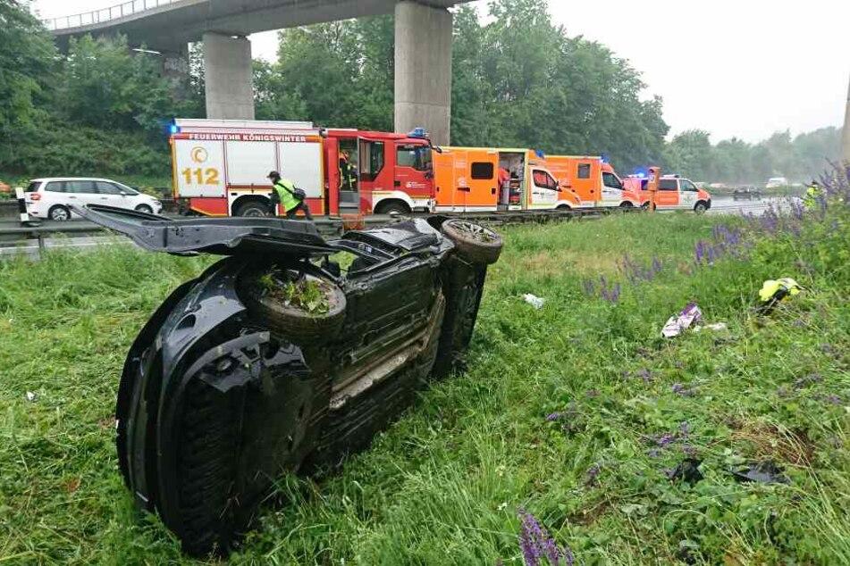 Drei Fahrzeuginsassen wurden bei dem Unfall leicht verletzt.