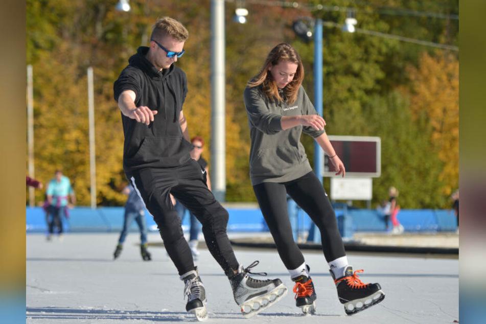 """Für Synchron-Tricks brauchen Christian Meyer (17) und Lina Sophie Raabe (18) von den """"Icecrashers"""" viel Übungszeit."""