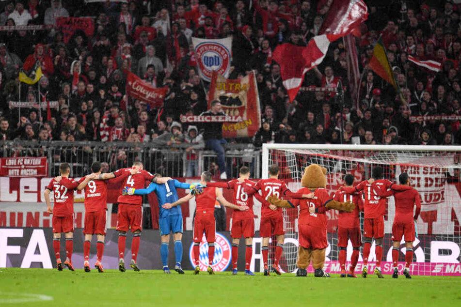 Die Spieler des FC Bayern München bedanken sich nach dem 6:0 Spiel gegen Mainz 05 bei den Fans.