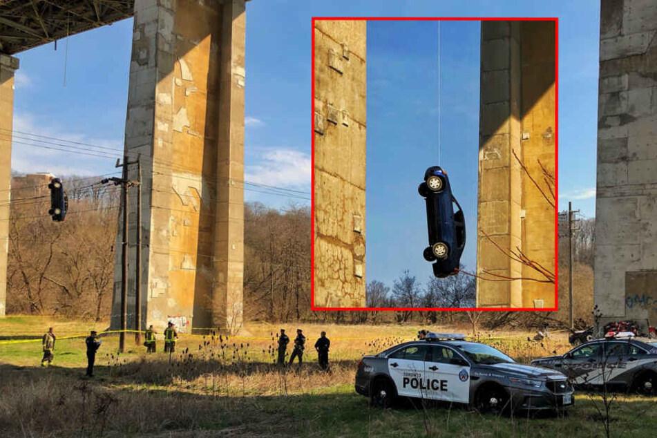 Wie ist das dahin gekommen? Auto baumelt von Brücke und gibt Polizei Rätsel auf