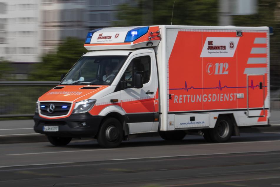 Der Mann wurde mit schweren Verletzungen in ein Krankenhaus transportiert (Symbolfoto).