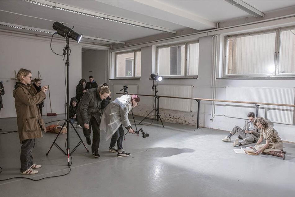 Vor der Kamera im alten Ballettsaal: Claudio Gottschalk-Schmitt und Florentine Kühne.