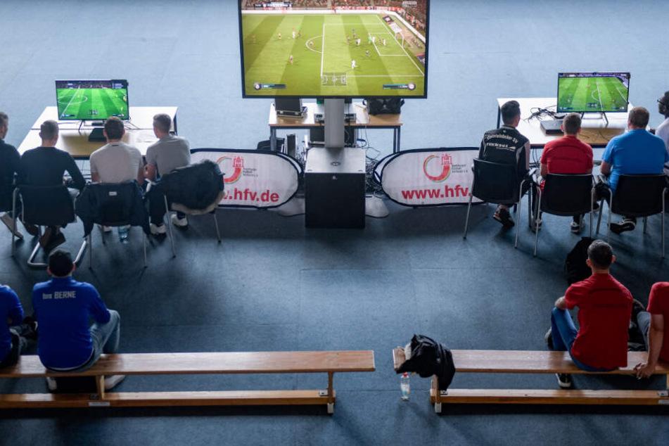 In FIFA zocken zwei Teams gegeneinander, sowohl in Einzelmatches, als auch in Doppelpartien (Symbolbild)