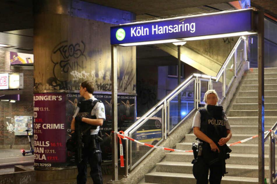 Beamte sperren einen Anfang zum Bahnhof Hansaring ab.