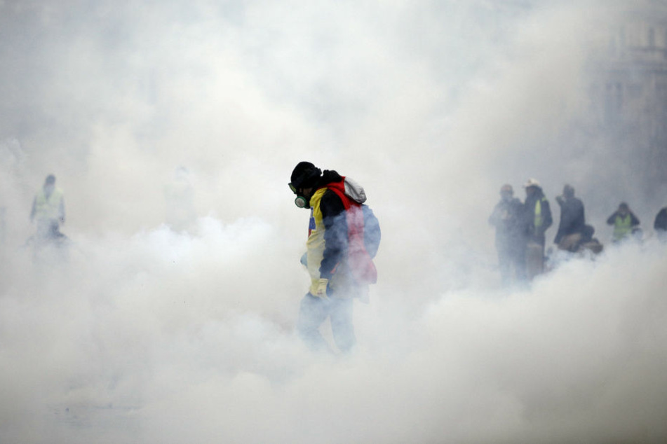 Die Tränengaswolke während einer Demonstration in der Nähe der Champs-Elysees.