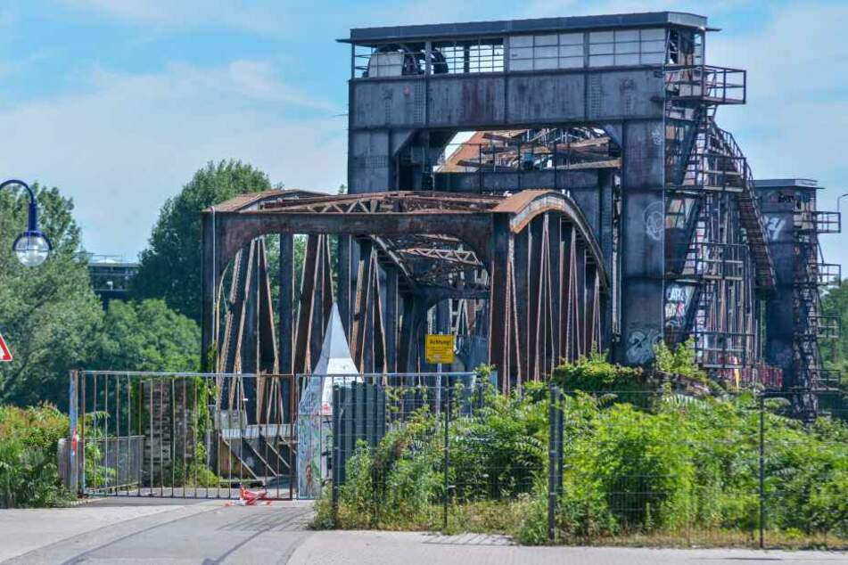 Erstmals wurde die Elbe über die Hubbrücke 1848 überfahren. Im Februar 1998 erfolgte die Stilllegung der Bahnstrecke. Mittlerweile dient sie als reine Fußgängerbrücke.
