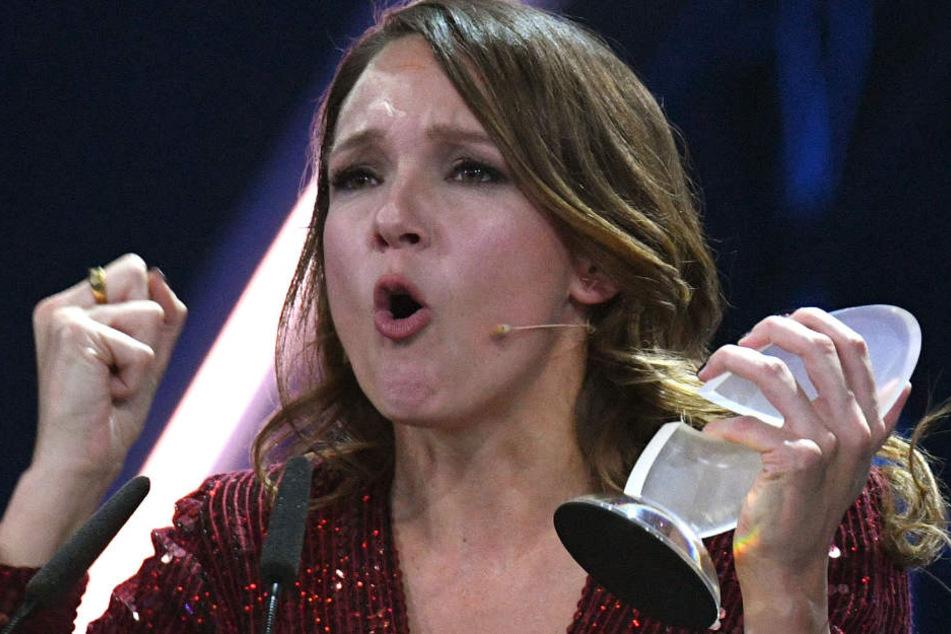 Da ist das Ding: Carolin Kebekus räumte mal wieder den Deutschen Comedypreis ab.
