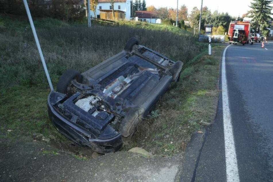 Der Fahrer und die Beifahrerin haben sich bei diesem Unfall glücklicherweise nur leicht verletzt.