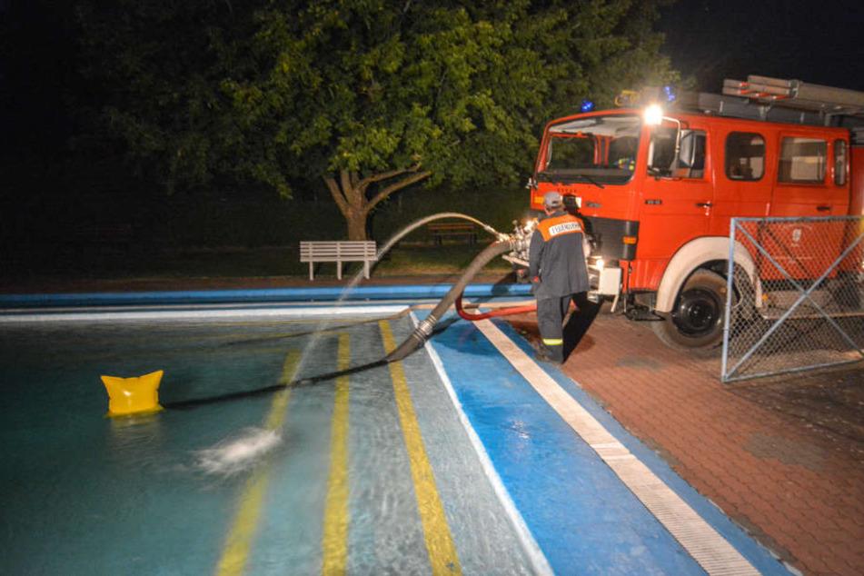 Über Stunden pumpte die Feuerwehr Löschwasser aus einem nahegelegenen Freibad.