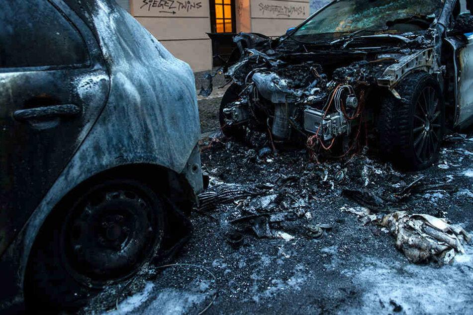 Die Autos wurden komplett zerstört. (Symbolbild)