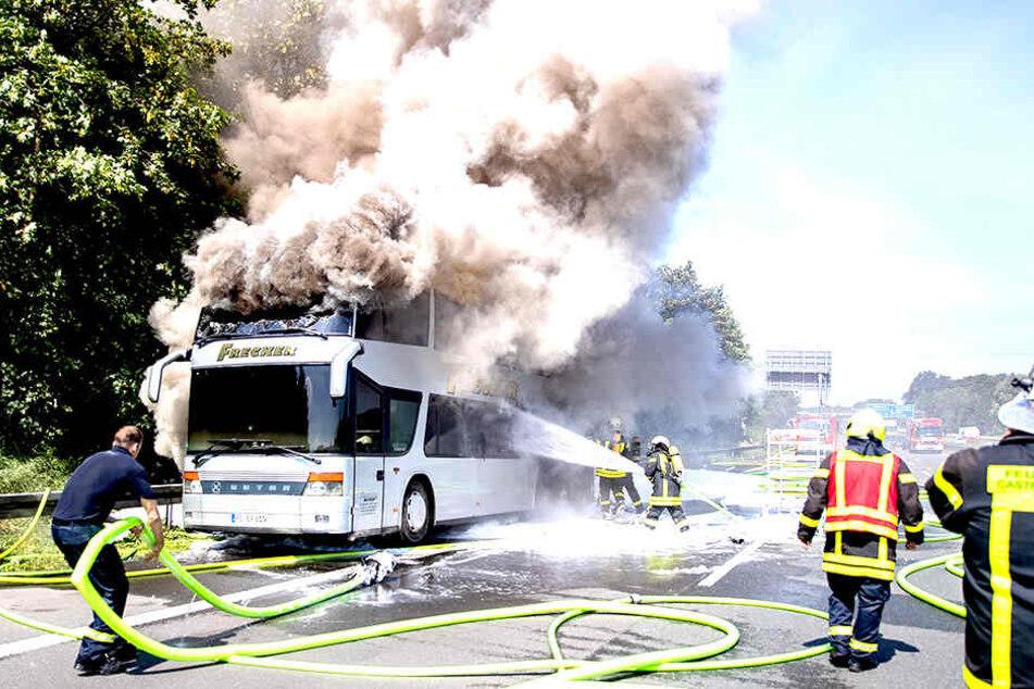 Wahrscheinlich geriet der Reisebus wegen eines technischen Defekts in Brand.