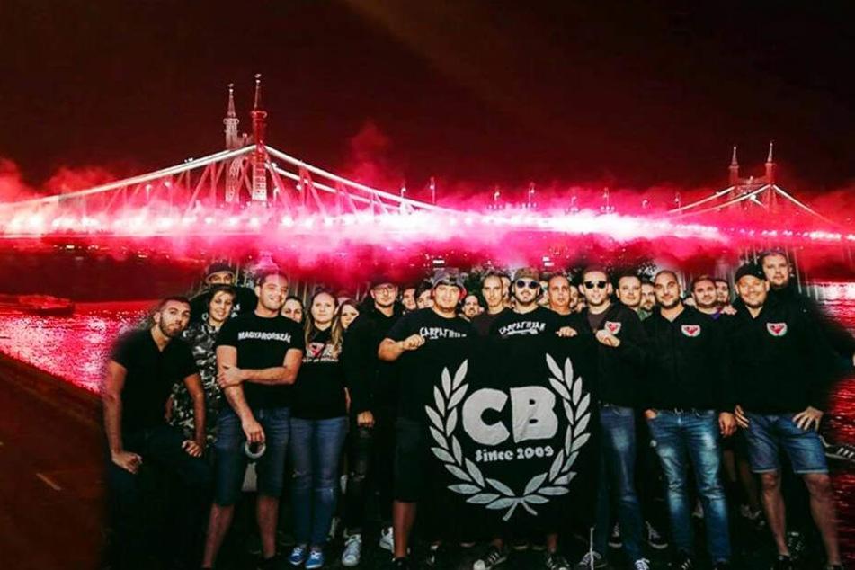 """Die Neonazi-Ultra-Gruppierung """"Carpathian Brigade"""" zündete tausende Pyrofackeln auf der Freiheitsbrücke in Budapest. (Bildmontage)"""