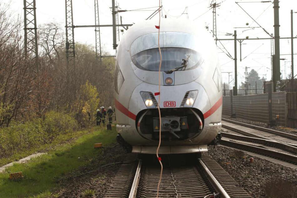 Der ICE bei Düsseldorf ist aufgrund eines Oberleitungsschadens gestoppt worden.