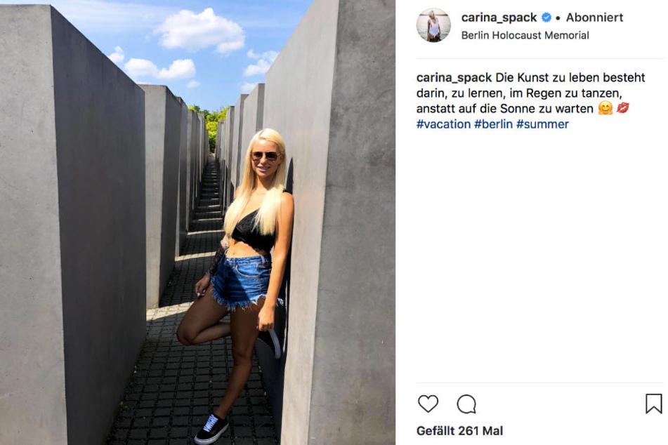 Carina Spack (22) posiert strahlend vorm Holocaust-Mahnmal in Berlin - für ihre Fans ein absolutes No-Go.