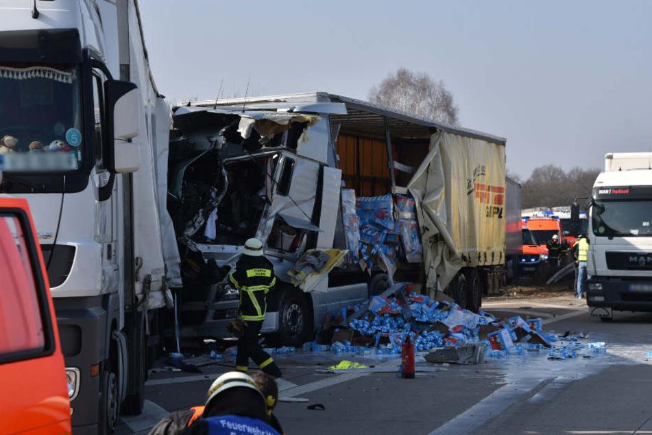 Beim Unfall fielen mehrere geladene Milchpackungen von einem Lastwagen und beschmutzten die Fahrbahn.