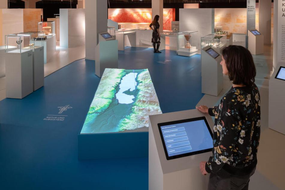 Hier könnt Ihr per Touchscreen Seespiegelschwankungen, Frischwasserzuflüsse, Straßen und (archäologische) Orte direkt abrufen.